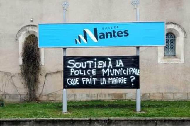 Une banderole devant les locaux de la police municipale de Nantes.