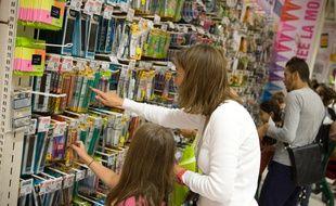 Achats de fournitures scolaires dans un hypermarché.