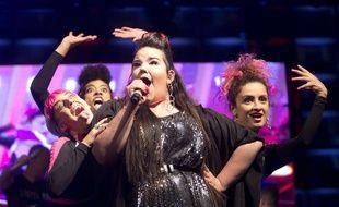 Netta Barzilai entourée de ses trois danseuses lors d'un concert à Tel-Aviv, le 14 mai 2018.