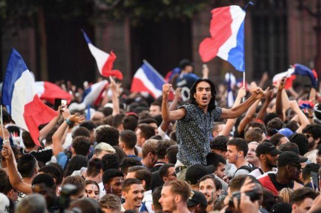 La joie dans les rues de Paris après la victoire contre la Belgique.