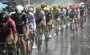 La pluie a considérablement gêné les coureurs lors de la 2e étape du Tour de France entre Düsseldorf et Liège, le 2 juillet 2017.