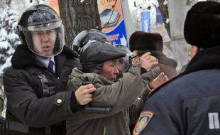 Le président du Kazakhstan a décrété d'état d'urgence et instauré le couvre-feu samedi à Janaozen, une ville de l'ouest de cette ancienne république soviétique d'Asie centrale où des émeutes ont fait la veille au moins 11 morts, beaucoup plus selon l'opposition.