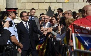 Le président catalan Artur Mas (c) est remercié par des gens à Barcelone après avoir annoncé un référendum sur l'indépendance de la Catalogne pour le 9 novembre, le 27 septembre 2014