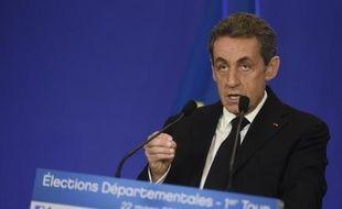 Le président de l'UMP Nicolas Sarkozy prononce un discours après l'annonce des premiers résultats du premier tour des élections départementales, le 22 mars 2015 au siège de l'UMP à Paris