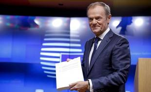 Donald Tusk arborant fièrement le projet d'accord sur le Brexit, le 15 novembre 2018.