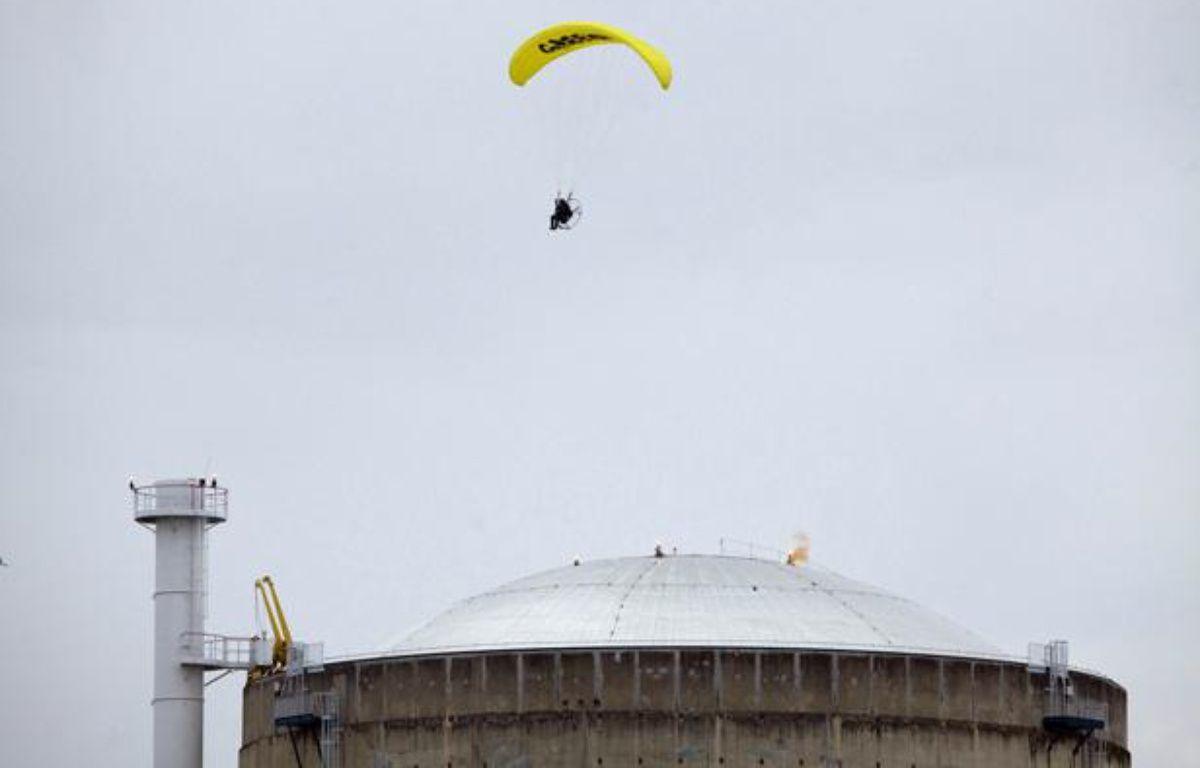 Un militant de Greenpeace a survolé le 2 mai la centrale nucléaire du Bugey, dans l'Ain, et s'est introduit dans l'enceinte de la centrale. – AFP PHOTO / LAGAZETA / GREENPEACE