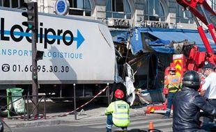 Un camion accidenté dans la vitrine d'une pizzeria près de la place Saint-Michel, dans le 5e à Paris, le 4 juillet 2011.