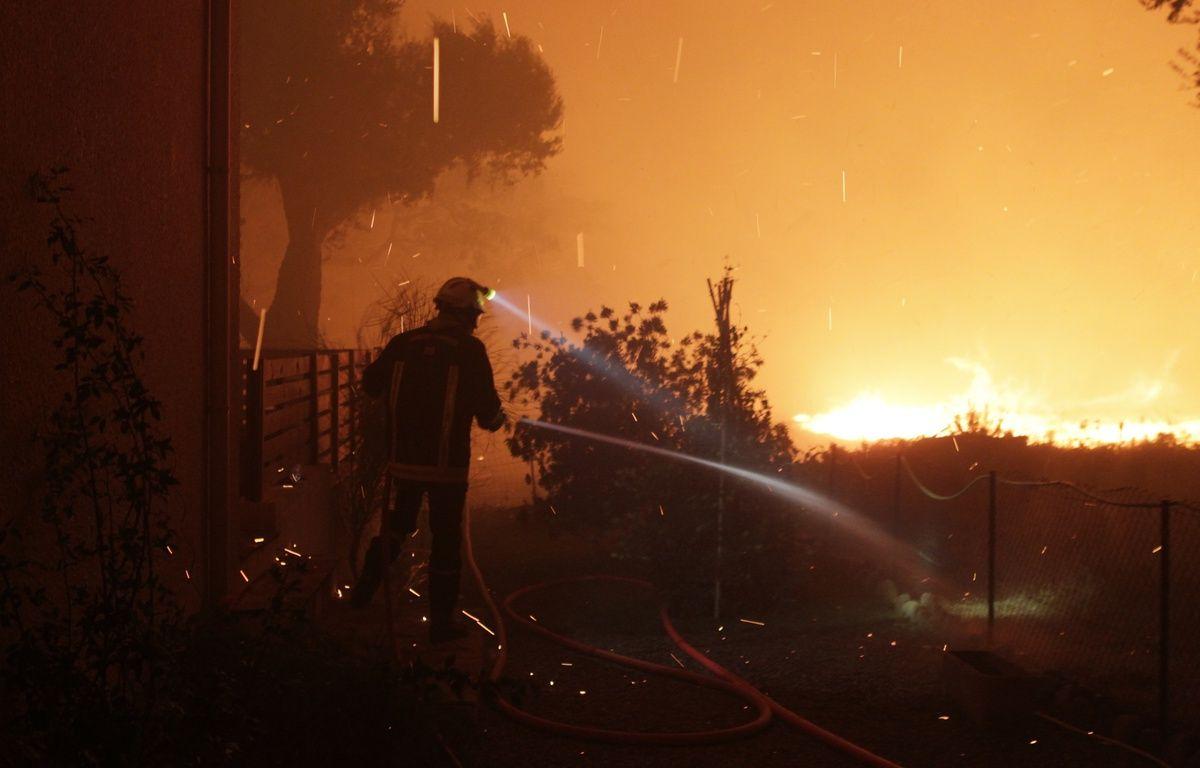 Des pompiers luttent contre le feu à Pietracorbara (Haute-Corse), le 11 août 2017. – Pascal POCHARD-CASABIANCA / AFP