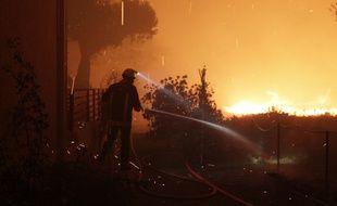 Des pompiers luttent contre le feu à Pietracorbara (Haute-Corse), le 11 août 2017.