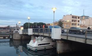 Un bateau se coince sous un pont à Palavas-les-Flots.