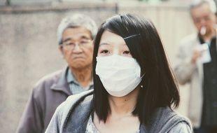 Illustration d'une femme portant un masque chirurgical.