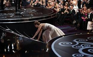 Jennifer Lawrence se prend les pieds dans la robe en allant chercher son Oscar de la meilleure actrice pour «HappinessTherapy».