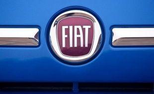 """Le groupe automobile Fiat va se rebaptiser """"Fiat Chrysler Automobiles"""" et se réorganiser suite à sa récente montée à 100% au capital de son partenaire américain Chrysler, a-t-il indiqué mercredi."""