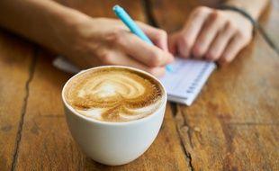 Les deux créatrices du futur café zéro déchet à Strasbourg réfléchissent avec leurs futurs clients à leurs idées.