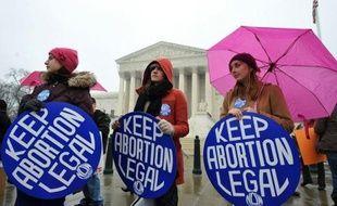 Des centaines de militants anti-avortement d'un côté, et une soixantaine de pro-avortement de l'autre, manifestaient lundi à Washington à l'occasion du 39e anniversaire d'un arrêt de la Cour suprême légalisant l'interruption volontaire de grossesse, un sujet toujours sensible aux Etats-Unis, d'autant plus en période électorale.