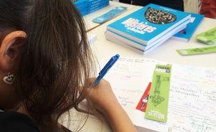 Une élève dédicace l'ouvrage lors de la Comédie du livre, à Montpellier.