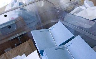 Mise en place d'un bureau de vote dans une mairie peu avant les elections.