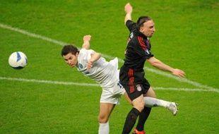 Franck Ribéry (D) du Bayern de Munich à la lutte avec Viktor Fayzulin du Zénith de St Petersbourg en demie finale de la coupe de l'UEFA, le 24 avril 2008.