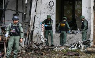 Une équipe de déminage sur les lieux de l'attentat perpétré dans la province de Pattani