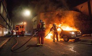 Photo d'illustration de pompiers intervenant cette semaine en banlieue parisienne pour des véhicules brûlés.