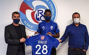 Habib Diallo entouré par Loïc Desiré (à droite) et Marc Keller, le président du RC Strasbourg.