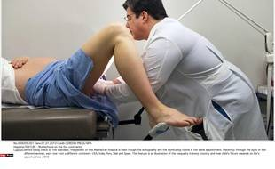 Photo d'illustration d'une patiente examinée par un gynécologue