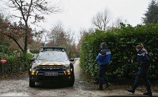 Une voiture de gendarmes sort de la zone de recherches à Clairefontaine-en-Yvelines.