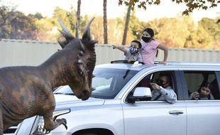 Pas de stress pour cette famille américaine, qui visite dans sa voiture le Jurassic Quest Drive Thru, un parc de dinosaures plus vrais que nature à Pasadena, en Californie.