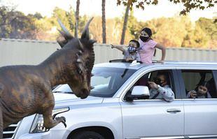 Jurassic Quest Drive Thru, un parc de dinosaures plus vrais que nature à Pasadena, en Californie.