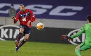 Burak Yilmaz enroule sa frappe pour inscrire le but de la victoire face au Sparta Prague