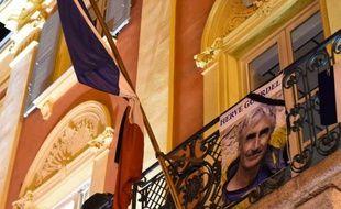 La photo d'Hervé Gourdel, accrochée le 24 septembre 2014 sur le balcon de la mairie de Saint-Martin-Vésubie, dans les Alpes-Maritimes