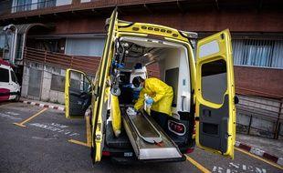 Nettoyage et désinfection d'une ambulance à Girona, en Espagne.