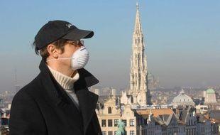Homme portant un masque antipollution à Bruxelles.