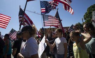 Des membres du groupe d'extrême droite Patriot Prayer défilent le 26 juin 2020.
