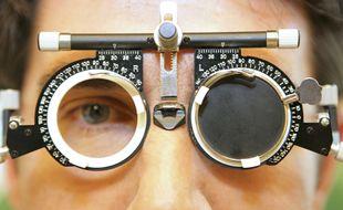 Illustration d'une séance chez un ophtalmologue.
