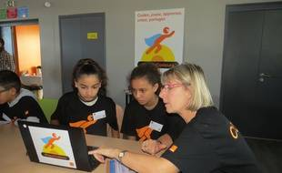 Deux élèves du collège Massenet apprennent le code informatique.