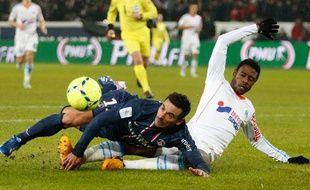 Le défenseur de l'OM Nicolas Nkoulou au duel avec le Parisien Ezequiel Lavezzi le dimanche 24 février 2013.