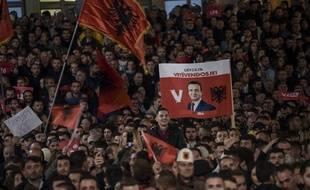 Les partisans du chef du parti Vetevendosje et du candidat au poste de Premier ministre aux élections législatives, Albin Kurti, assistent à un rassemblement à Pristina le 4 octobre 2019.