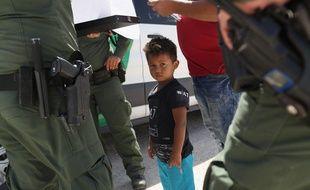 Des gardes-frontières américains arrêtent des migrants au Texas, le 12 juin 2018.
