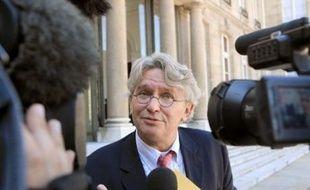 """Le secrétaire général de Force Ouvrière, Jean-Claude Mailly, a déclaré dimanche que le raisonnement du gouvernement, qui consiste à redistribuer une partie des gains des suppressions d'emplois dans la fonction publique aux fonctionnaires, ne """"tenait pas la route""""."""