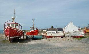 Les recherches en vue de retrouver les quatre personnes encore portées disparues au large des côtes irlandaises après le naufrage de leur chalutier ont été interrompues dimanche soir et reprendront lundi à l'aube, ont annoncé les garde-côtes irlandais.