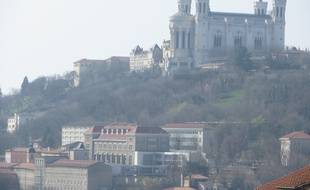 Lyon, le 17 mars 2014. Un episode de pollution aux particules fines, du au trafic, a l'activite industrielle et aux chauffages a bois deffectueux, a touche la region lyonnaise a la mi-mars.Un voile blanc enveloppant la ville etait visible depuis la colline de la Croix-Rousse.