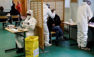 Coronavirus: Plus de 300 morts à l'hôpital et 14.000 nouveaux casen 24 heures (Illustration)