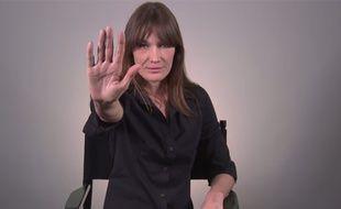 Capture d'écran de Carla Bruni dans la vidéo contre le harcèlement scolaire pour la Fondation Jasmin Roy.