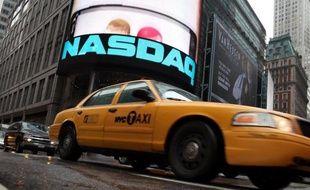 La Bourse de New York a ouvert en légère baisse mercredi, les investisseurs penchant pour la prudence après trois séances consécutives de hausse et au vu de données économiques mitigées: le Dow Jones perdait 0,35% et le Nasdaq 0,37%.