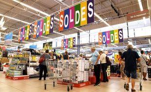 Soldes d'été dans un supermarché de Mulhouse.