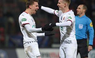 Adrien Hunou est félicité par Benjamin Bourigeaud après son but face à Saint-Pryvé Saint-Hilaire.