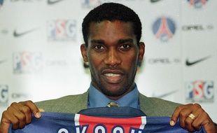 Okocha, lors de sa présentation au PSG à l'été 98.