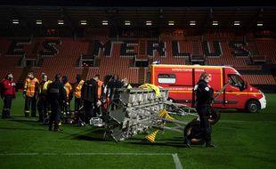 Des secouristes sur la pelouse du FC Lorient tentant en vain de sauver le jardinier du club, le 20 décembre 2020.