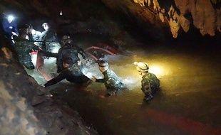 Les sauveteurs progressent dans la grotte où sont coincés 12 enfants en Thaïlande.